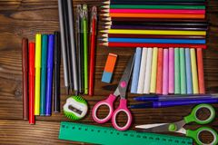 Grupo de fontes dos artigos de papelaria da escola na mesa de madeira De volta ao conceito da escola fotografia de stock royalty free