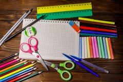 Grupo de fontes dos artigos de papelaria da escola na mesa de madeira De volta ao conceito da escola imagem de stock royalty free