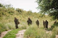 Grupo de forças especiais dos soldados durante a invasão na floresta Fotos de Stock