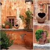 Grupo de fotos do pátio do grego clássico com vasos de flores da terracota Fotografia de Stock Royalty Free