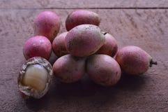 Grupo de fruta del matoa en el tablero de madera imagen de archivo