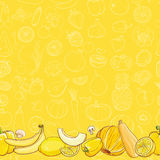 Grupo de frutas e legumes amarelas na luz - fundo amarelo Imagens de Stock