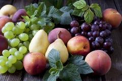 Grupo de frutas frescas en el fondo de madera Fotos de archivo