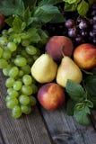 Grupo de frutas frescas en el fondo de madera Foto de archivo