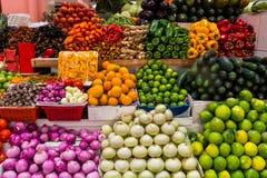 Grupo de frutas y verduras coloridas en una parada del mercado fotos de archivo