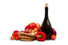 Grupo de frutas y verduras con vajilla Fotos de archivo