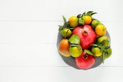 Grupo de fruto sazonal maduro do outono em um fundo de madeira branco Imagem de Stock Royalty Free