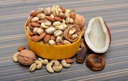 Grupo de frutos secos em uma bacia Imagem de Stock