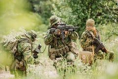 Grupo de fuerzas especiales de los soldados durante la incursión en el bosque Fotos de archivo