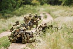 Grupo de fuerzas especiales de los soldados durante la incursión en el bosque Imagen de archivo libre de regalías