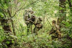 Grupo de fuerzas especiales de los soldados durante la incursión en el bosque Imagenes de archivo