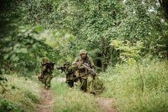 Grupo de fuerzas especiales de los soldados durante la incursión en el bosque Fotografía de archivo