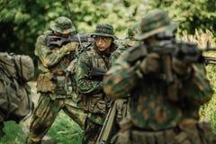 Grupo de fuerzas especiales de los soldados durante la incursión en el bosque Foto de archivo