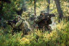 Grupo de fuerzas especiales de los soldados durante la incursión en el bosque Fotos de archivo libres de regalías