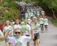 Grupo de funcionamiento, adolescentes felices, sonrientes cubiertos con colorido Foto de archivo libre de regalías