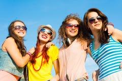 Grupo de gafas de sol que llevan y de sombrero de la gente joven Imagen de archivo