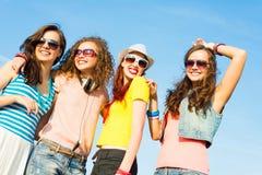 Grupo de gafas de sol que llevan y de sombrero de la gente joven Fotos de archivo libres de regalías