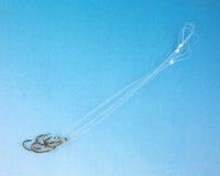 Grupo de ganchos de peixes em um fundo azul graduado Imagens de Stock