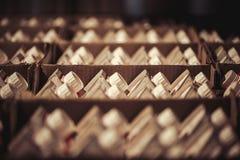 Grupo de garrafas de leite em um pacote de papel em uma caixa grande Imagens de Stock