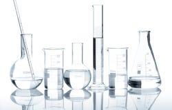 Grupo de garrafas do laboratório com um líquido desobstruído Imagem de Stock