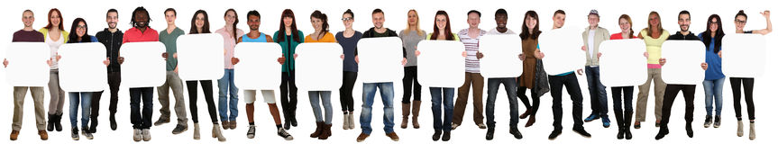 Grupo de gente étnica multi joven que lleva a cabo el copyspace para el thirtee Imagenes de archivo