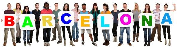 Grupo de gente étnica multi joven que lleva a cabo la palabra Barcelona imagen de archivo