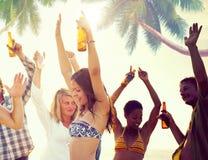 Grupo de gente alegre que va de fiesta en una playa Foto de archivo