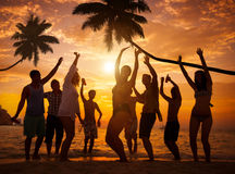 Grupo de gente alegre que va de fiesta en una playa Imagen de archivo