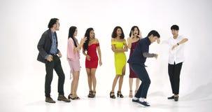 Grupo de gente asiática joven que se divierte que baila como loco en el fondo blanco Gente con el partido, celebración, disfrute metrajes