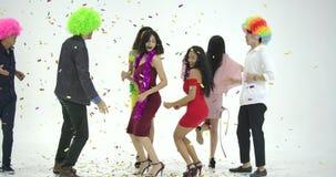 Grupo de gente asiática joven que se divierte que baila como loco en el fondo blanco Gente con el partido, celebración, disfrute almacen de metraje de vídeo