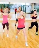 Grupo de gente concentrada que ejercita en el gimnasio Fotografía de archivo libre de regalías