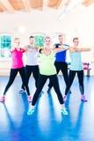 Grupo de gente de la aptitud en gimnasio en los aeróbicos Imagen de archivo