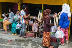 Grupo de gente de Toraja en mercado local Fotos de archivo libres de regalías