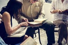 Grupo de gente del cristianismo que lee la biblia junto fotografía de archivo libre de regalías