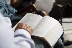 Grupo de gente del cristianismo que lee la biblia junto fotos de archivo libres de regalías