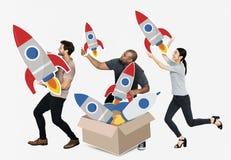Grupo de gente diversa con los cohetes en una caja imagenes de archivo