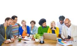 Grupo de gente diversa que comparte ideas Imagenes de archivo