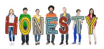 Grupo de gente diversa que lleva a cabo honradez de la letra Imagen de archivo
