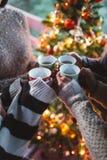 Grupo de gente feliz que goza en coffe o té fotografía de archivo libre de regalías