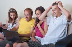 Grupo de gente joven con la computadora portátil Imagenes de archivo