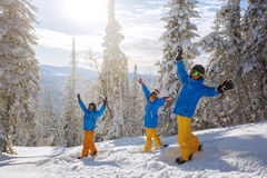 Grupo de gente joven con la snowboard Imagenes de archivo