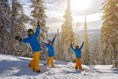 Grupo de gente joven con la snowboard Imagen de archivo libre de regalías
