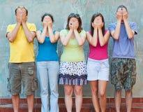 Grupo de gente joven con las manos en ojos Foto de archivo libre de regalías