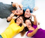 Grupo de gente joven con los pulgares para arriba Foto de archivo libre de regalías