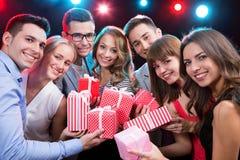 Grupo de gente joven con los regalos de vacaciones foto de archivo