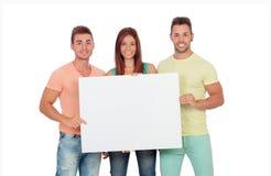 Grupo de gente joven con un cartel en blanco Imágenes de archivo libres de regalías