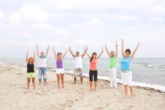 Grupo de gente joven en la playa fotografía de archivo libre de regalías