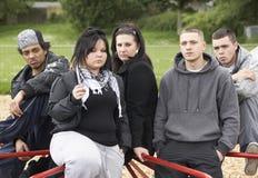 Grupo de gente joven en patio fotos de archivo libres de regalías