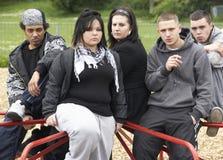 Grupo de gente joven en patio foto de archivo