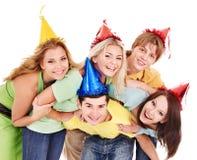Grupo de gente joven en sombrero del partido. Imagen de archivo